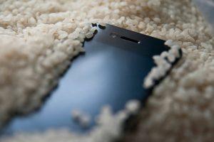 Cara Mudah Selamatkan Smartphone Yang Jatuh Kedalam Air