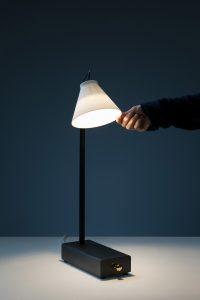 Lampu Meja Yang Hanya Menyala Bila Kamu Memasukan Smartphone Ke Dalamnya
