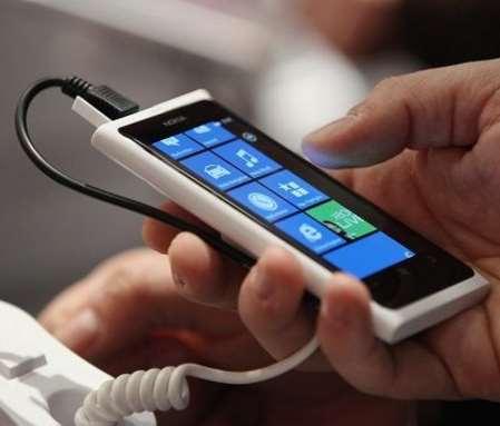 Menggunakan Smartphone Saat Mencharger
